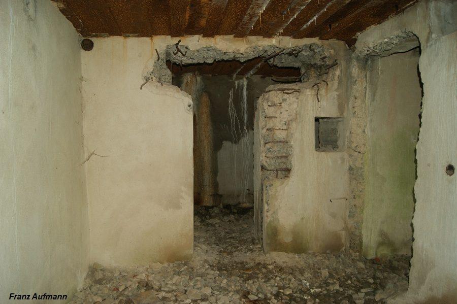 Fot. Korytarz. Zdjęcie wykonane od strony wejścia do izby dowodzenia. Na wprost wejście do magazynu amunicji. Po prawej stronie wejście do izby bojowej (rys. 01. 2).