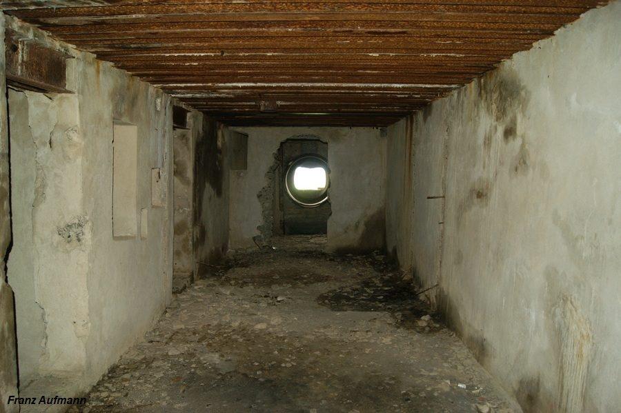 Fot. 04. Widok od strony izby załogi w kierunku izby bojowej dla stanowiska Ł-17. Nie wykonano dwóch ścianek działowych wydzielających izbę dowodzenia i skład amunicji.