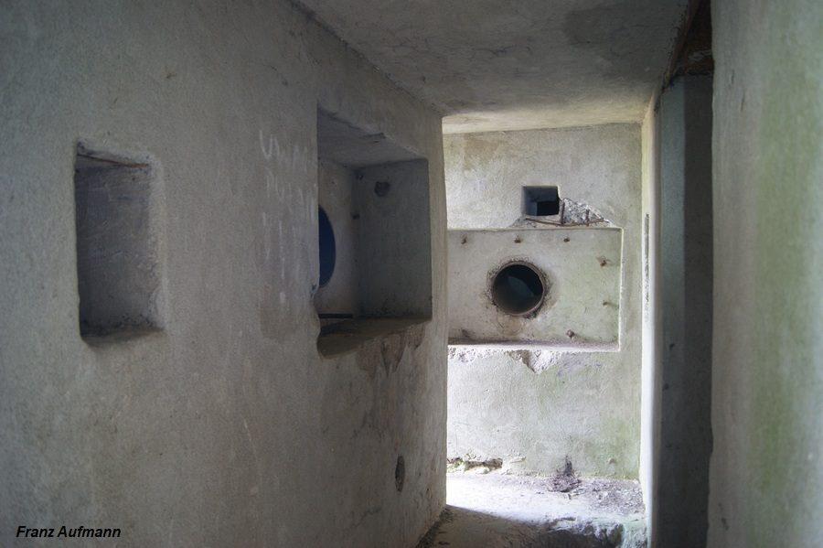 Fot. Korytarz wejściowy do schronu. Po lewej stronie i na wprost czerpnie powietrza. Po prawej stronie wejście do schronu.