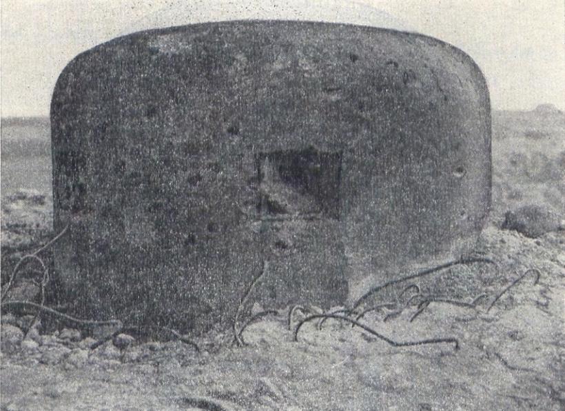 """Fot. Archiwalne zdjęcie ostrzelanej kopuły bojowej schronu """"D"""" przy starej grobli (Denkschrift über die polnische Landesbefestigung)."""