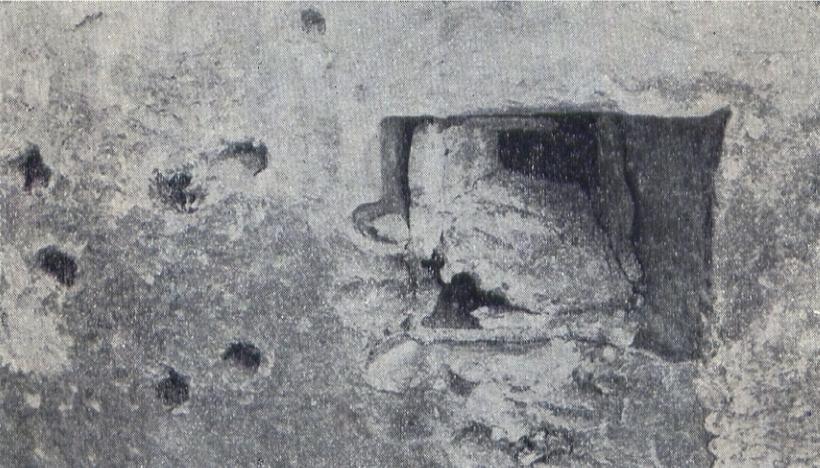 """Fot. Archiwalne zdjęcie zniszczonej wkładki strzelnicy kopuły bojowej schronu """"D"""" przy starej grobli (Denkschrift über die polnische Landesbefestigung)."""