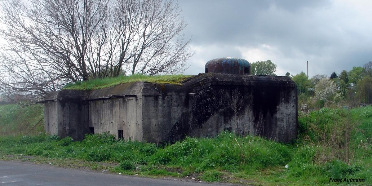 Fot. Linia Mołotowa. PPK dwukondygnacyjny schron z osadzoną kopułą. Obiekt do ognia bocznego na dwa ckmy W Przemyślu przy ulicy Sanowej (zdjęcie z 2007 roku).