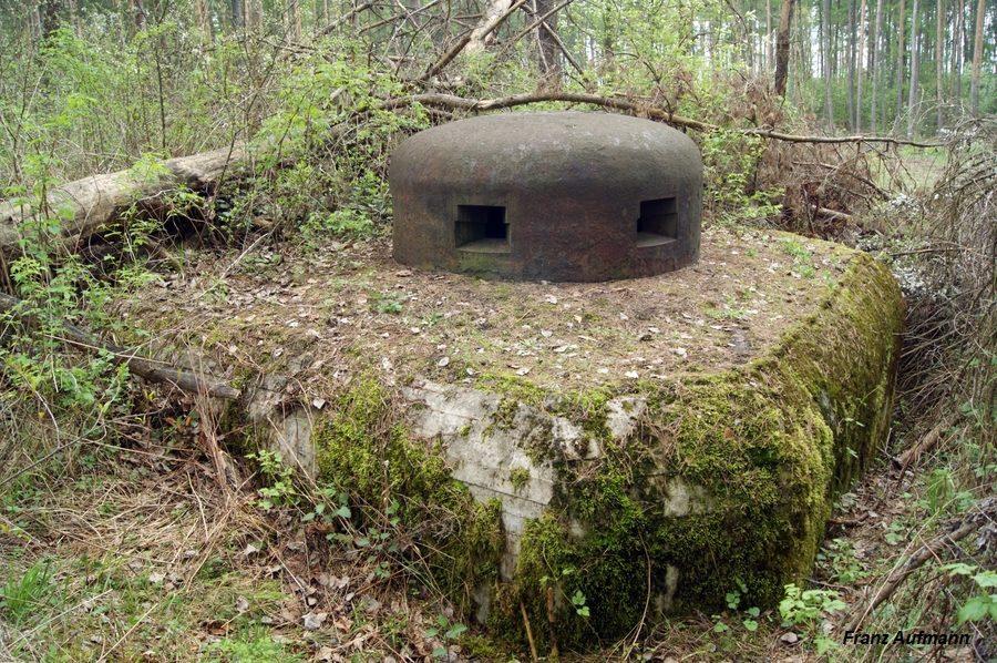 Fot. Polska kopuła bojowa osadzona w stropie jednokondygnacyjnego schronu do ognia bocznego na trzy ckmy.