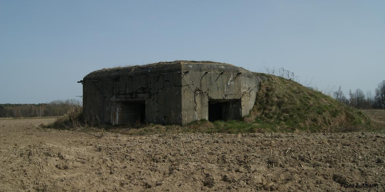 Linia Mołotowa. OPDOT - jednokondygnacyjny schron na dwa ckmy i 45 mm armatę w centralnej izbie