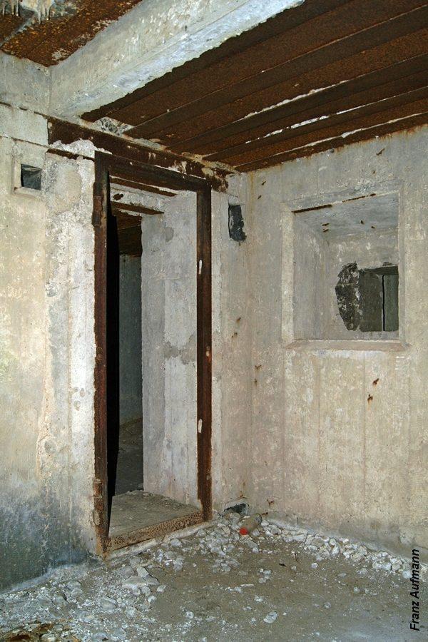 Fot. 09. Widok w kierunku wejścia z korytarza (Rys. 01, 7) do izby załogi (Rys. 01, 5). Po prawej stronie nisza na pancerz strzelnicy obrony wejścia (Rys. 01, 14).