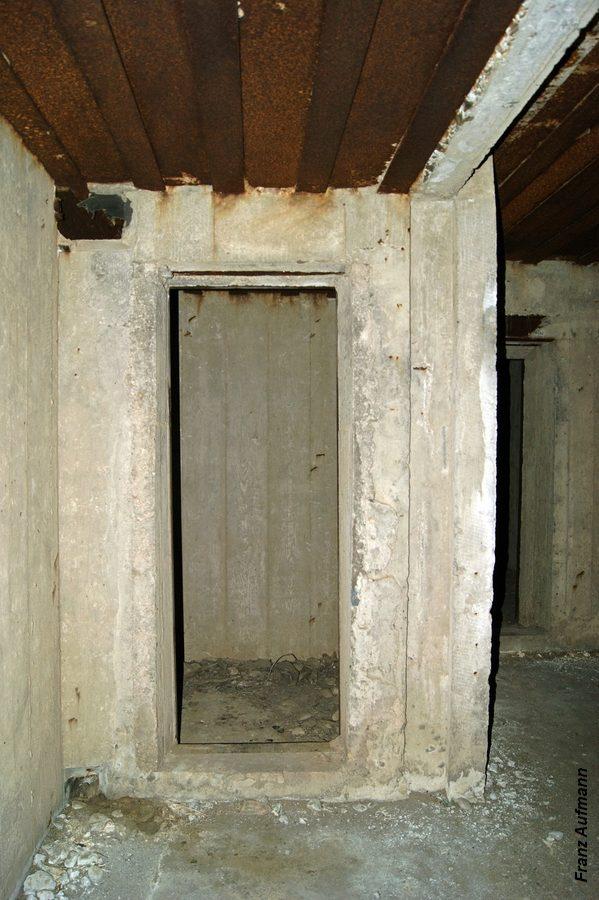 Fot. 08. Widok otworu wejściowego do śluzy przeciwgazowej (Rys. 01, 6) od strony korytarza (Rys. 01, 7). Po prawej stronie otworu wejściowego pionowy kanał, którego ustalał ścianę działową.