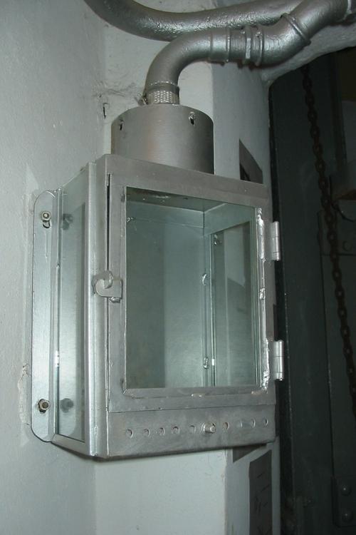 Fot. 02. Pojemnik na lampę naftową z odprowadzeniem gazów. (Fot. http://maginotescaut.centerblog.net/).