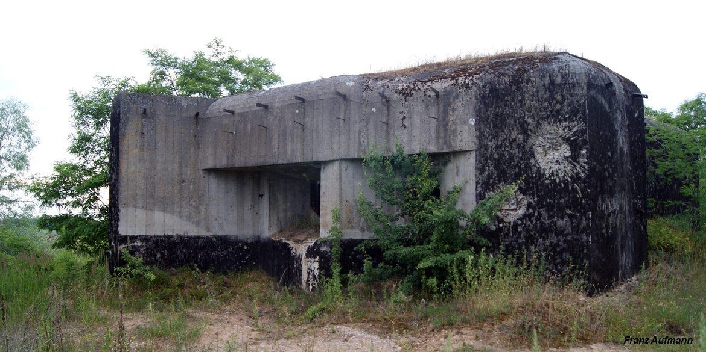 Fot. 01. Linia Mołotowa. OPPK - jednokondygnacyjny schron do ognia bocznego dla 45 mm armaty, ckm i rkm (Zaruzie, Zambrowski rejon Umocniony). Pancerz dla stanowiska DOT-4 nie został osadzony.