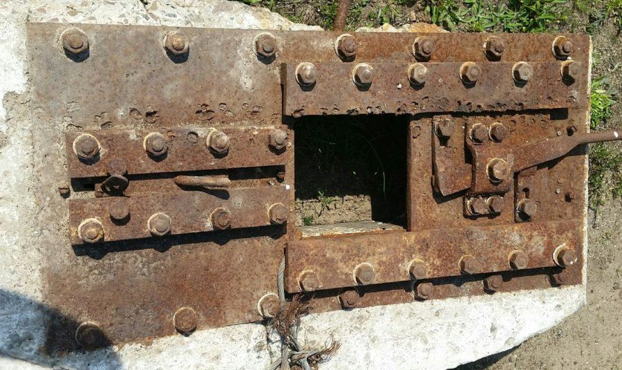 Fot. 01. 2 cm płyta stalowa ze strzelnicą dla ciężkiego karabinu maszynowego i przeziernikiem do obserwacji sektora ognia (1932).