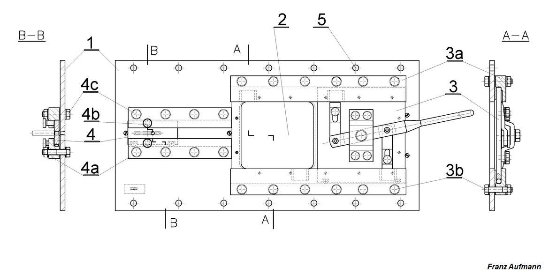 """Rys. 01. 2 cm płyta stalowa ze strzelnicą dla ciężkiego karabinu maszynowego i przeziernikiem do obserwacji sektora ognia (1932). 1. korpus płyty o grubości 2 cm, 2. strzelnica ckm, 3. zsuwa strzelnicy ckm z mechanizmem ryglującym, 3a. prowadnice zasuwy strzelnicy ckm, 3b. śruby mocujące prowadnice, 4. zasuwa przeziernika do obserwacji sektora ognia, 4a. prowadnice zasuwy przeziernika, 4b. pokrętła dociskające zasuwę przeziernika w pozycji """"zamknięte"""", 4c. śruby mocujące prowadnice zasuwy przeziernika, 5. otwory pod kotwy mocujące płytę do ściany schronu. (1932)."""