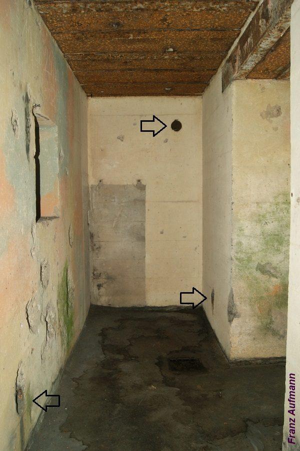 Fot. 04. Widok korytarza z zaznaczonymi wylotami układu usuwania zużytego powietrza ze schronu.