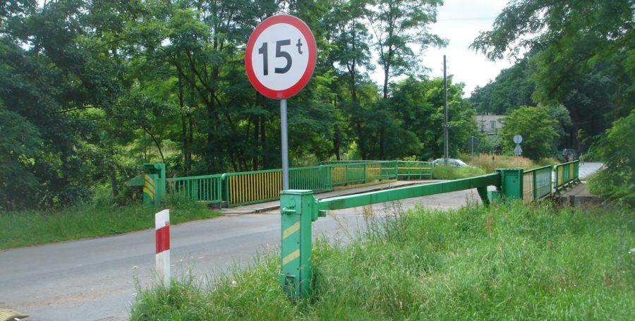 Fot. 01. Obrotowa zapora przeciwpancerna w pozycji spoczynkowej przed mostem rolkowym K603b w miejscowości Ołobok.