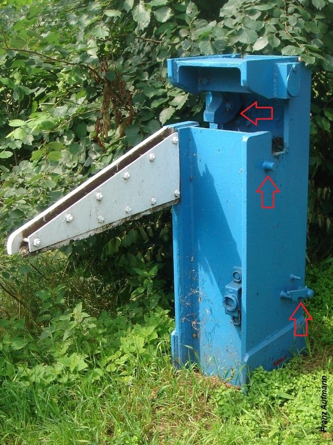Fot. 06. Wspornik obrotowej zapory przeciwpancernej, położony o przeciwległej stronie drogi, utrzymujący ramię w pozycji blokującej przejazd.