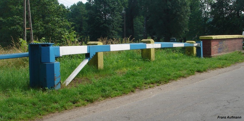 Fot. 03. Obrotowa zapora przeciwpancerna w Bledzewie, położona pomiędzy rolkowymi mostami uchylno-przesuwnymi. Za zaporą widoczne są żelbetowe słupki, połączone poziomo ustawionymi stalowymi poprzeczkami.
